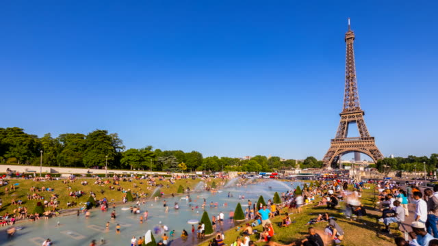 people cooling off in the trocadero fountain at the eiffel tower in the summer heat, tl, ws - heat haze stock videos & royalty-free footage
