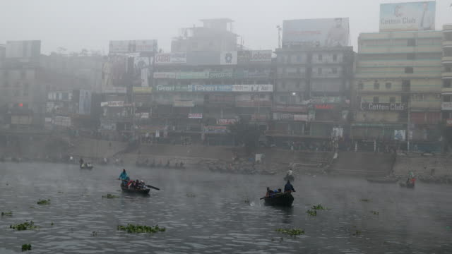 vídeos de stock e filmes b-roll de people cross the buriganga river in the morning during winter. - monção