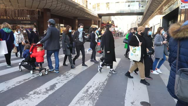 people cross the street in the department stores district on november 28, 2020 in paris, france. after almost four weeks of closure, 'non-essential'... - hinweisschild stock-videos und b-roll-filmmaterial