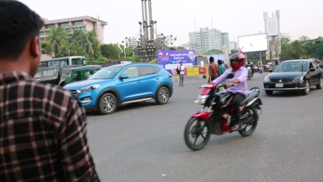 vidéos et rushes de people crosses busy street in dhaka bangladesh on april 19 2018 at least 4284 people including 516 women and 539 children were killed and 9112 others... - population explosion