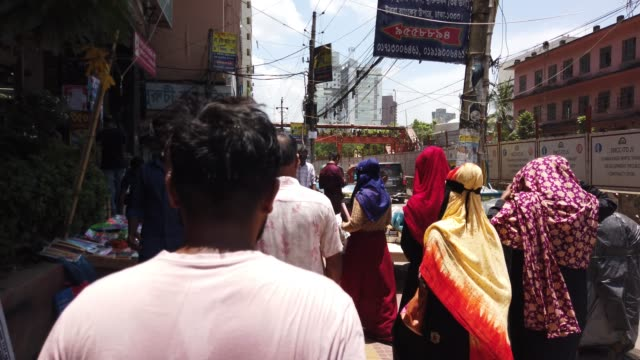 people crosses the road on busy street in dhaka - rickshaw stock videos & royalty-free footage