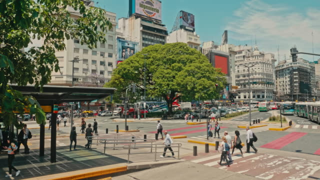 stockvideo's en b-roll-footage met people crossing 9 july avenue, buenos aires, argentinië - obelisk