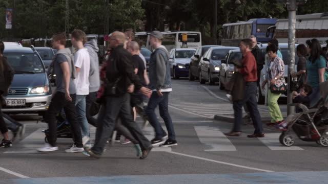 vídeos y material grabado en eventos de stock de people crossing a busy street in copenhagen - paso de cebra