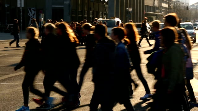 menschen überqueren einer straße in berlin - stadtviertel stock-videos und b-roll-filmmaterial