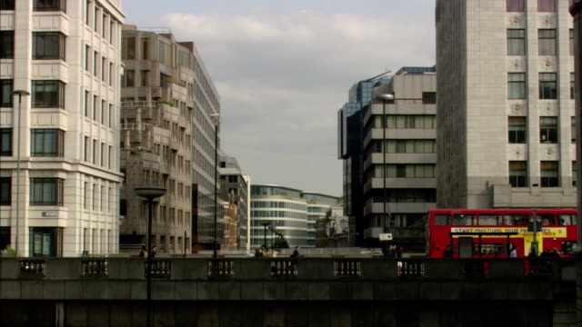 ws, people crossing bridge, london, england - bushaltestelle stock-videos und b-roll-filmmaterial