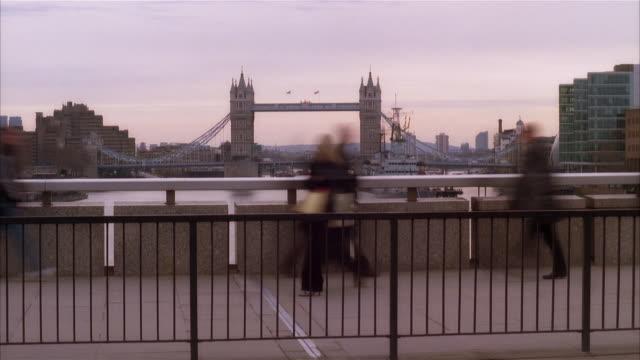 t/l, ms, people crossing bridge, tower bridge in background, london england - 跳開橋点の映像素材/bロール