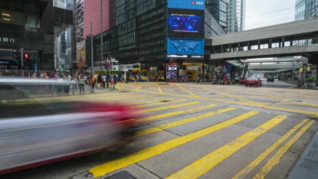 stockvideo's en b-roll-footage met people crossing busy junction in central, hong kong's financial district, time lapse, hong kong, china, asia - hong kong
