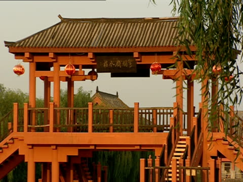 ms, people crossing footbridge in park, china - placca di montaggio fissa video stock e b–roll