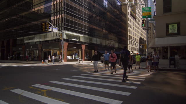 vidéos et rushes de people crossing madison avenue in manhattan - manhattan