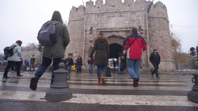 vídeos de stock, filmes e b-roll de travessia de pedestres atravessar pessoas - sinais de cruzamento
