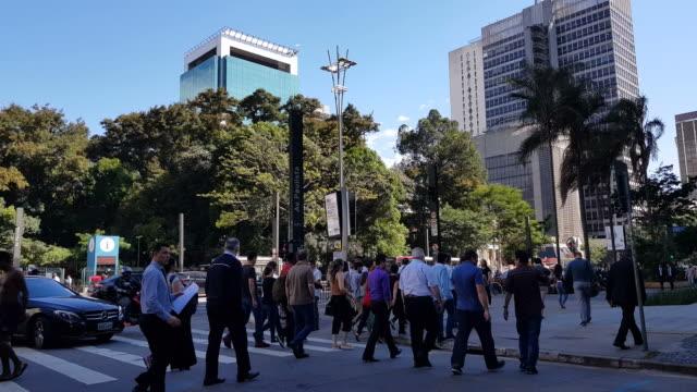 vídeos de stock, filmes e b-roll de povos que cruzam a avenida de paulista - cruzar