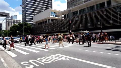 stockvideo's en b-roll-footage met mensen overstekende paulista avenue - brede straat