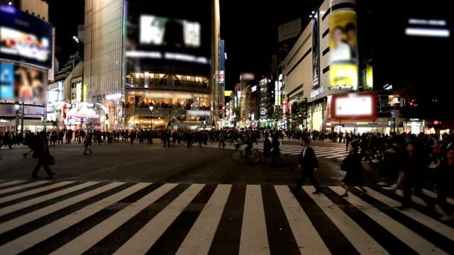 Menschen-Kreuzung Shibuya-Kreuzung bei Nacht, Tokio, Japan