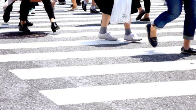 stockvideo's en b-roll-footage met mensen kruising, shibuya, slow-motion - dwarsweg