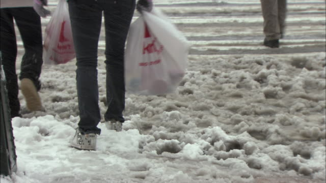 ms tu people crossing snowy street / new york city, new york, usa - fanghiglia video stock e b–roll