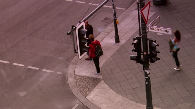 ms ha people crossing street / berlin, germany - targa con nome della via video stock e b–roll