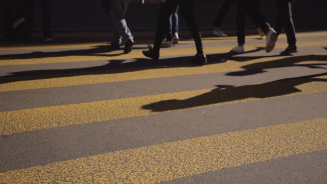 menschen, die die straße überqueren. überfüllter crosswalk. stadtleben stock video - hauptstraße stock-videos und b-roll-filmmaterial