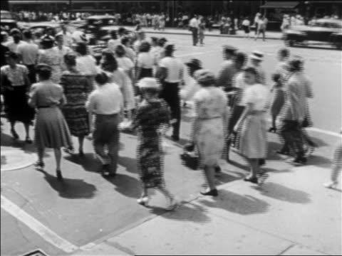 vídeos y material grabado en eventos de stock de b/w 1952 people crossing street in busy city (detroit?) / industrial - menos de diez segundos