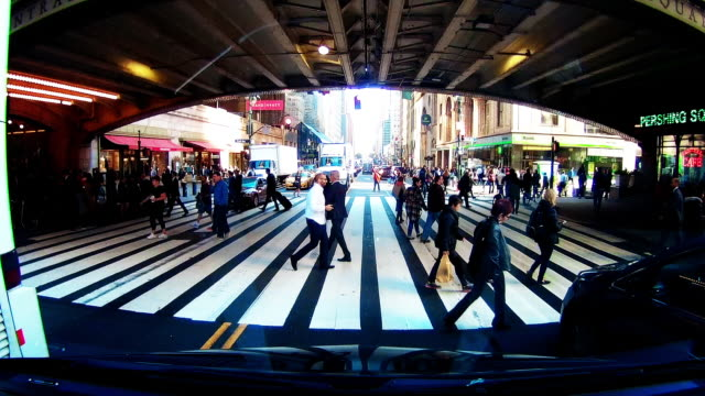 vídeos y material grabado en eventos de stock de people crossing street in new york city - paso largo