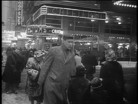 vídeos de stock, filmes e b-roll de b/w 1948 people crossing street in snowstorm / nyc / newsreel - 1948