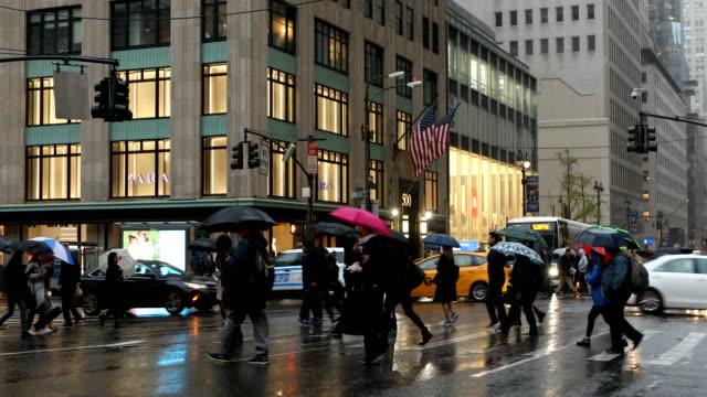 menschen kreuzung straße im regen - fifth avenue stock-videos und b-roll-filmmaterial