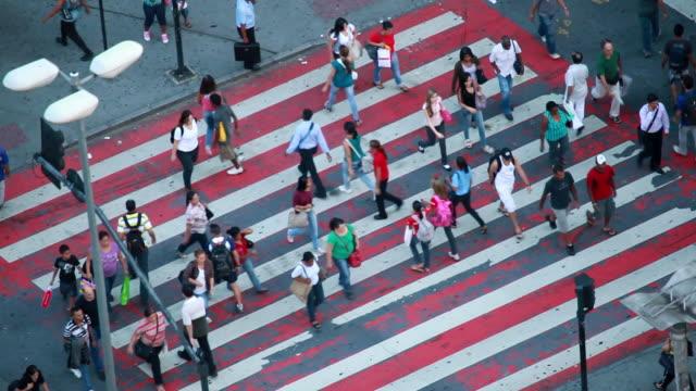 ws ha people crossing streets walking / belo horizonte, minas gerais, brazil - horizonte stock videos & royalty-free footage
