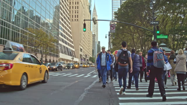 People crossing the 5th Avenue, New York, USA