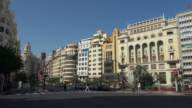 people crossing the busy street of valencia spain - campo totale video stock e b–roll