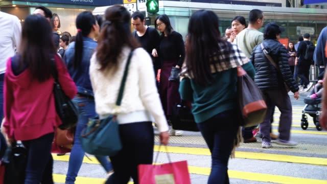 Menschen beim Überqueren der Straße in Hongkong