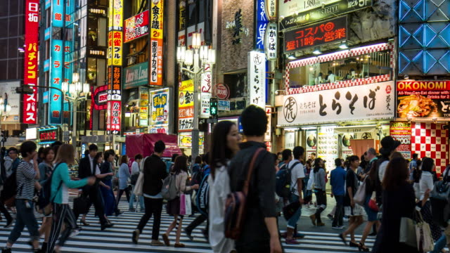 people crossing the street at shinjuku - giappone video stock e b–roll