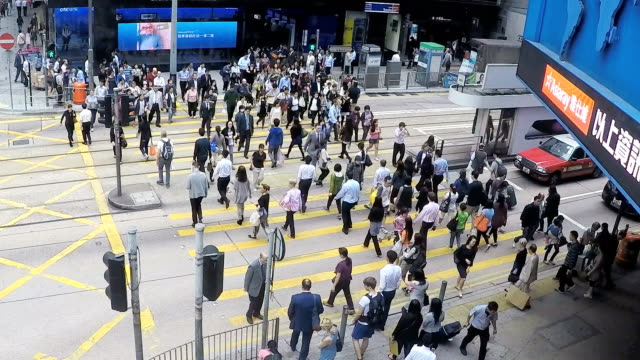 menschen überqueren der straße in hongkong - aussteigen stock-videos und b-roll-filmmaterial