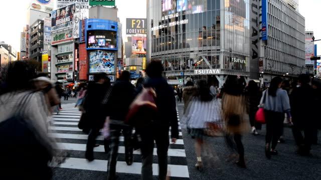 vídeos y material grabado en eventos de stock de personas que cruzan la calle exterior estación de shibuya, película de lapso de tiempo - reglas