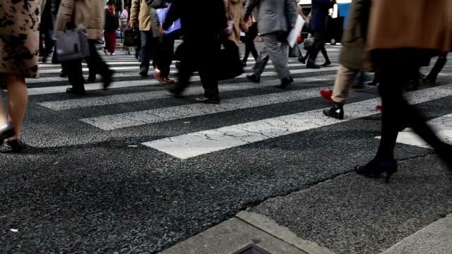 vídeos y material grabado en eventos de stock de hd vdo : gente cruzando la calle - full hd format