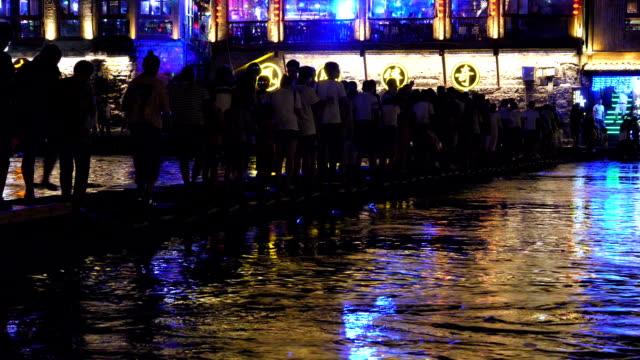 vidéos et rushes de personnes qui traversent la rivière tuo jiang fenghuang nuit - file d'attente