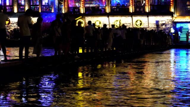 Personnes qui traversent la rivière Tuo Jiang Fenghuang nuit