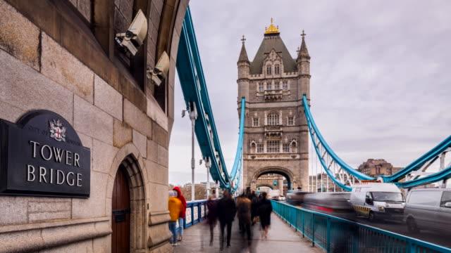 people crossing tower bridge, tl, zi - tower bridge stock videos & royalty-free footage