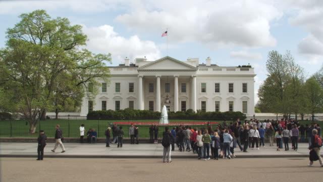 vidéos et rushes de ms people crowd in front of white house / washington, district of columbia, united states - la maison blanche