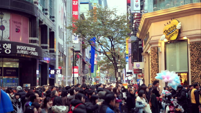 vídeos de stock, filmes e b-roll de ms t/l people crowd on street / seoul, south korea   - escrita ocidental