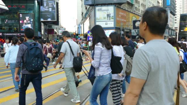 As pessoas cheias em Homg Kong cidade