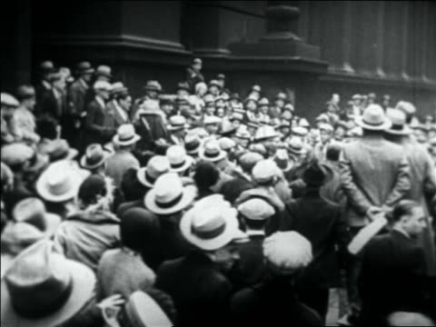 vidéos et rushes de b/w 1931 people crowding on city sidewalk to see al capone exiting building - 1931