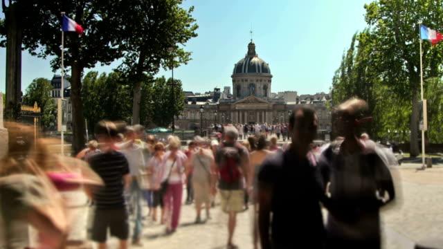vidéos et rushes de gens de la foule pan - panning