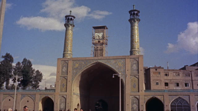 ms td people crowed in front of soltani mosque and minarets - minareto video stock e b–roll