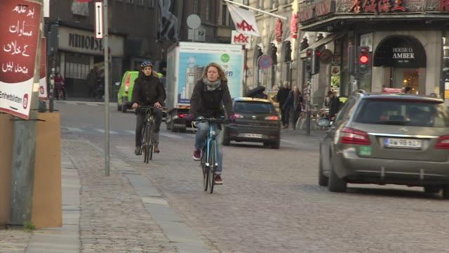 vídeos y material grabado en eventos de stock de people cycle down a road in central copenhagen. - copenhagen