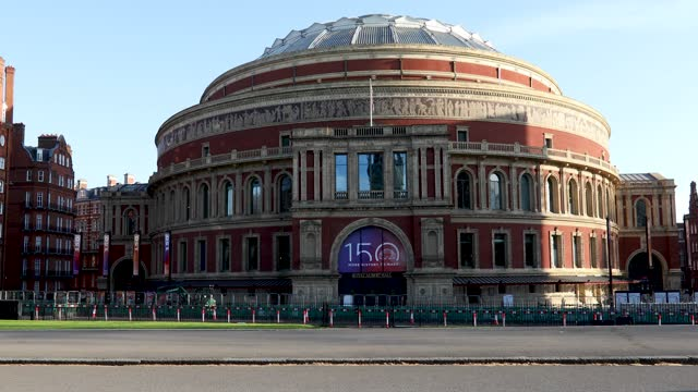 vídeos de stock, filmes e b-roll de people cycling and scooting in kensington gardens in front of the royal albert hall on april 04, 2021 in london, england. earlier this week, the uk... - royal albert hall