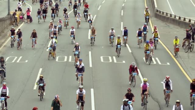 vidéos et rushes de ms people cycling on gangbyeon express way / seoul, south korea - couvre chef