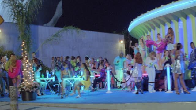 vidéos et rushes de people dance outside a night club in los angeles. - vie nocturne