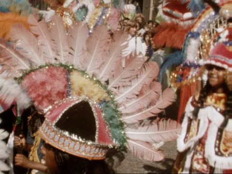 vídeos de stock e filmes b-roll de people dance wearing elaborate costumes at the notting hill carnival 28 august 1977 - notting hill