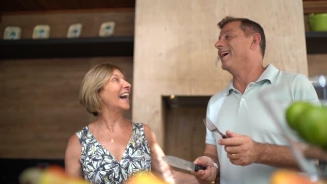 vidéos et rushes de les gens dansant et appréciant un barbecue brésilien - couteau de cuisine