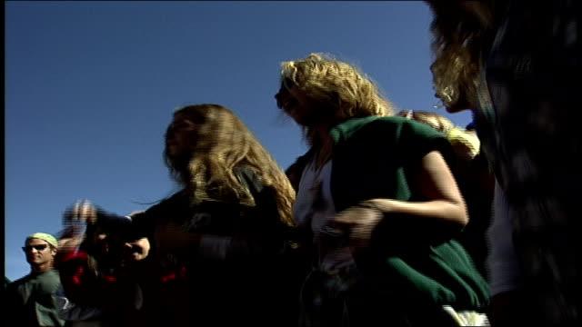 vidéos et rushes de people dancing and nodding heads at outdoor concert in big bear, california - dancing bear