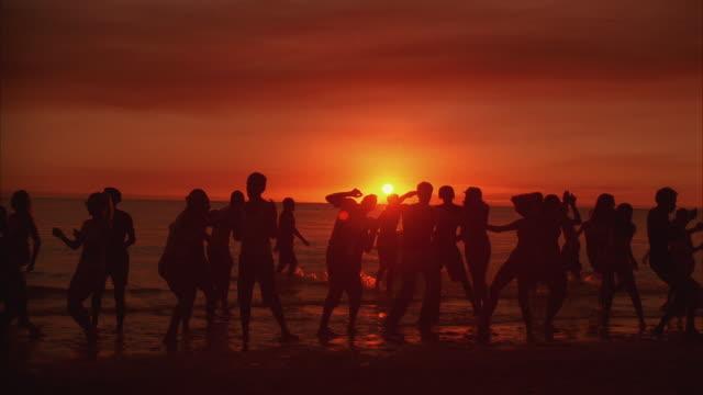 vídeos y material grabado en eventos de stock de ws people dancing and playing beach ball on beach - brazo humano